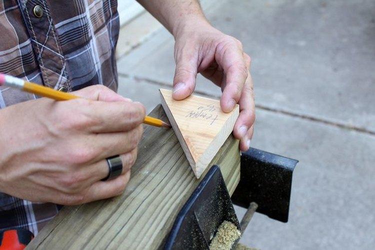 Usa un trozo de madera como plantilla.