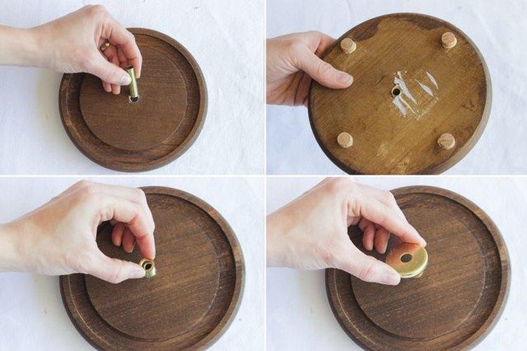 Coloca una boquilla roscada de latón en la base de la lámpara.