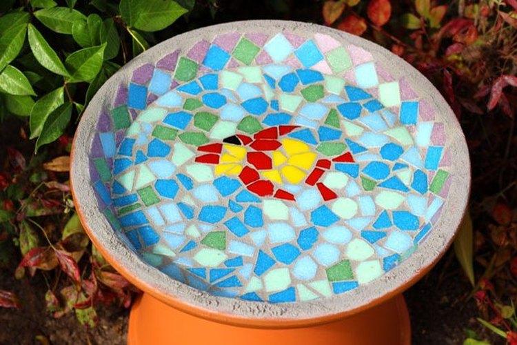 Cómo hacer un bebedero para pájaros de mosaico.