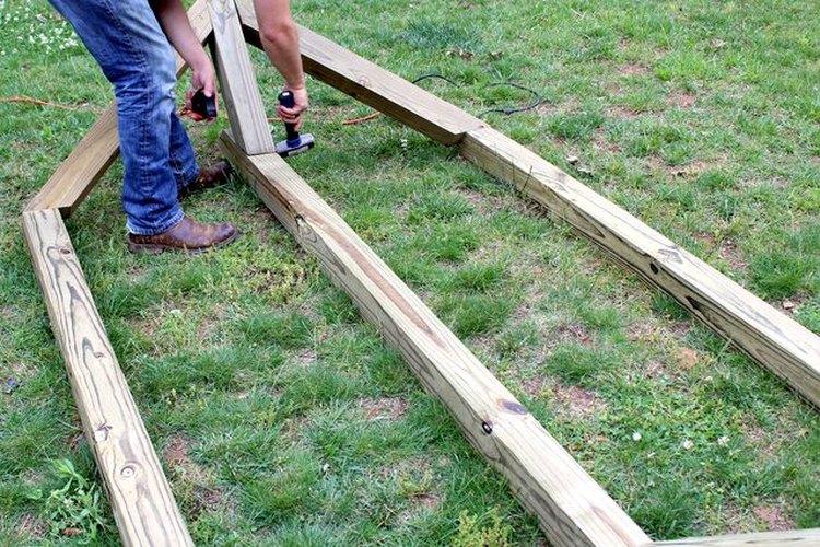 Endereza el poste de 8 pies (2,4 m) con un mazo.