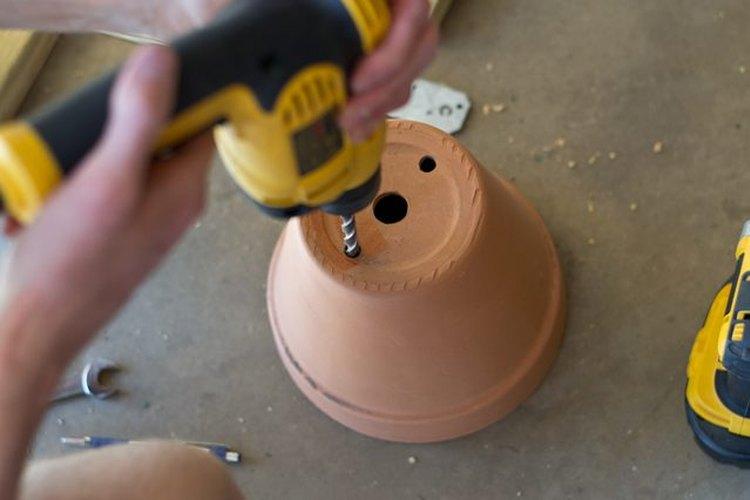 Perfora dos agujeros de drenaje en la maceta.