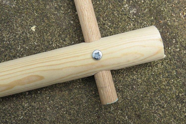 Afirma las dos clavijas para asegurar el marco.