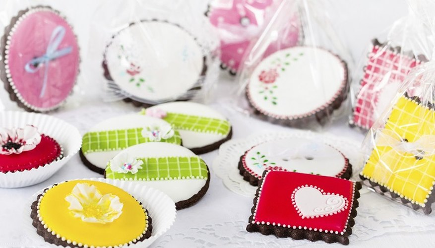 Royal icing can be pumped and spread in a variety of ways to create different effects on cakes and biscuits.