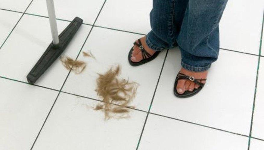 Cortar el pelo deja restos en los pisos.
