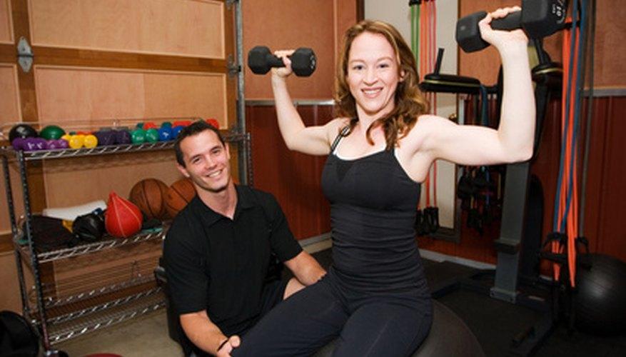 El uso del mensaje subliminal positivo que el hombre se siente atraído por una mujer que hace ejercicio.