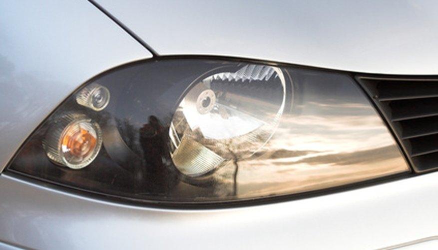 Remove the SEAT Leon's headlights.