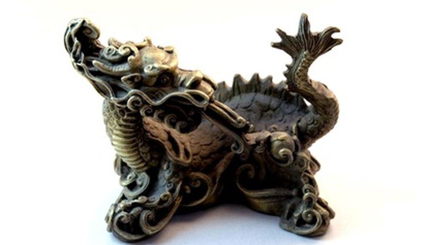 Ubica una estatua de dragón en el costado derecho de tu escritorio.