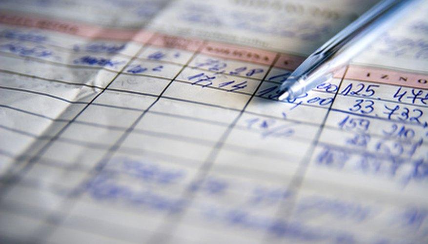 Un almacenista verifica los elementos con base en la factura de cobro.