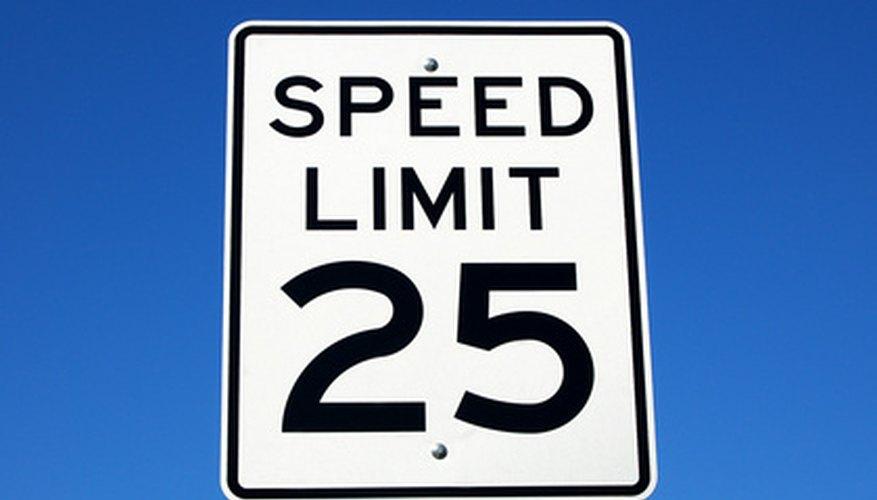 Las señales de límite de velocidad regulan y limitan la velocidad en carreteras.