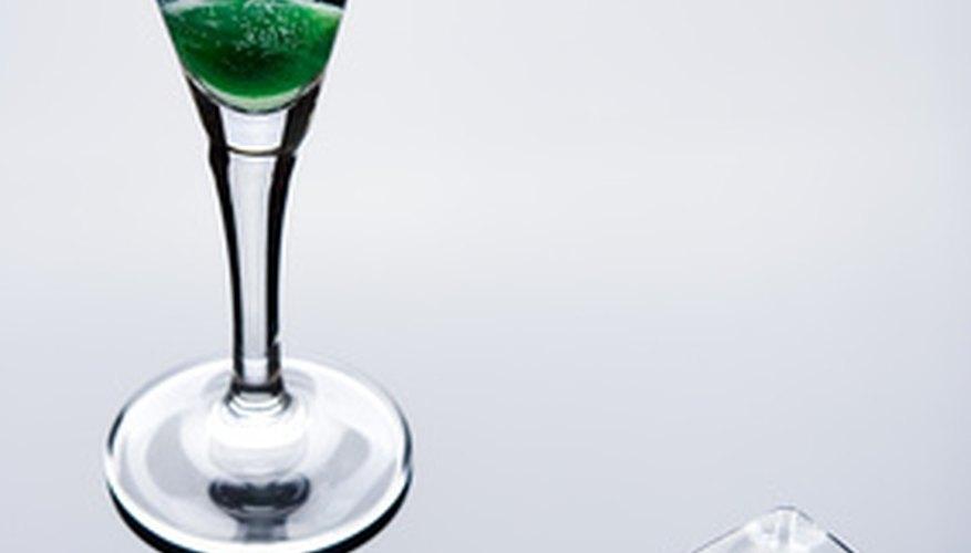 Anuncio de alcohol usando cubos de hielo, cerezas verdes, formas de cristal y reflexiones para asociar el producto con los órganos sexuales.