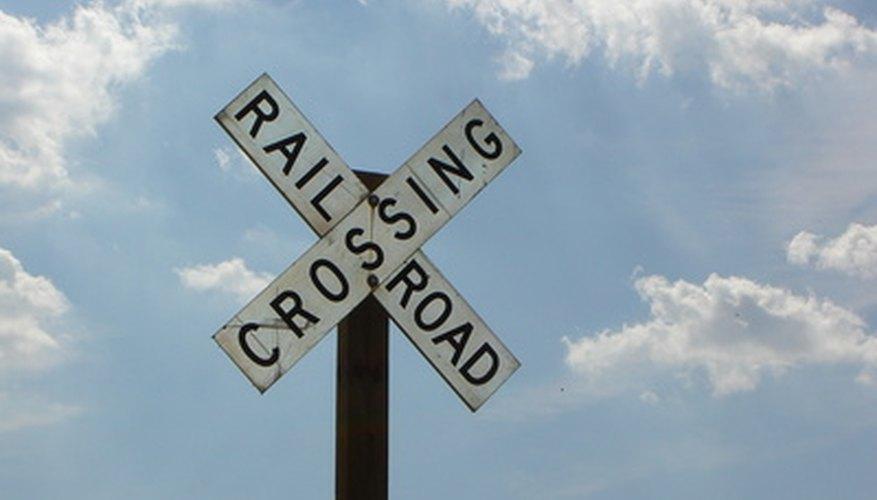 Las señales de cruce de vías de tren advierten a los conductores a que miren si vienen trenes antes de cruzar las vías.