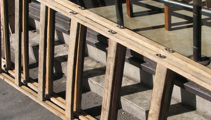 Examine the safety guide on the side of the ladder before using it.