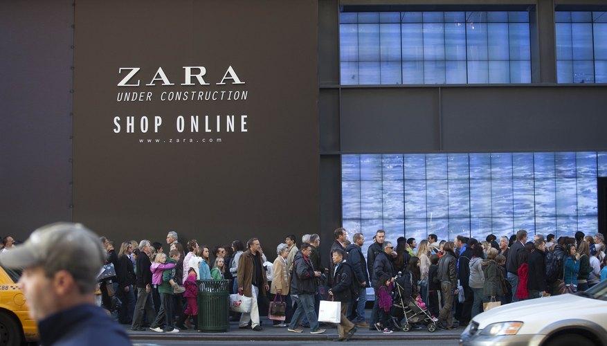 Consumidores esperando a ser atendidos durante el Black Friday norteamericano.
