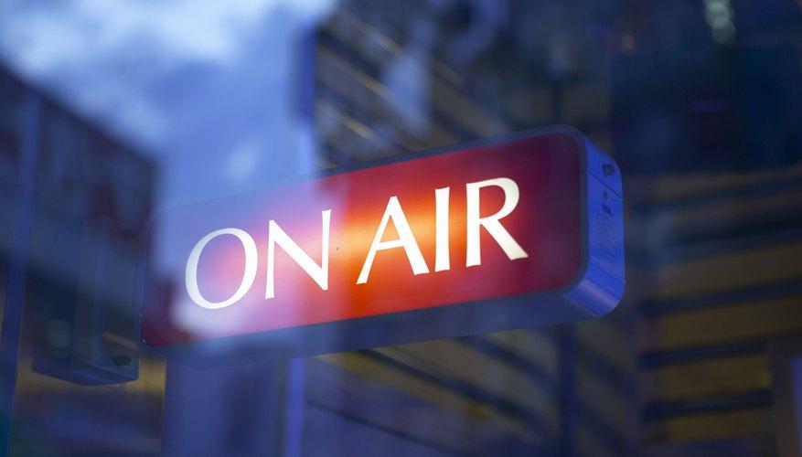 Promociona la apertura del restaurante de crepês en radios, periódicos y canales de televisión.