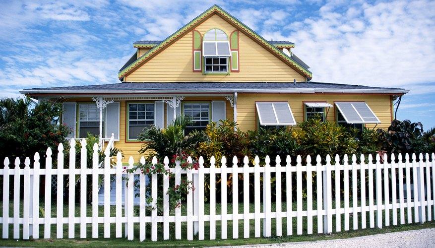 Casa con cerca blanca en la isla de Gran Bahama, Bahamas.