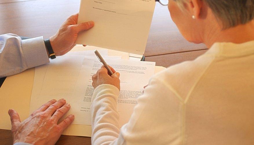 Abogado y su cliente analizando papeles.