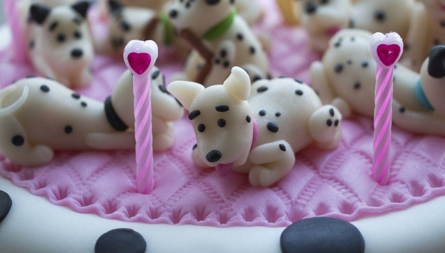 Decorate a cake with animals.