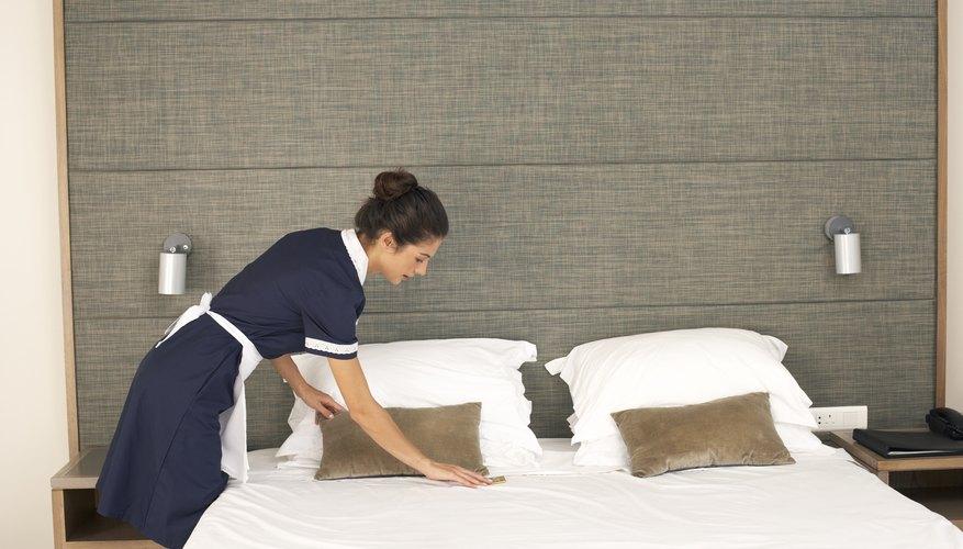 Se puede crear un efecto de fresco contraste con las sábanas blancas y otros colores de la habitación.