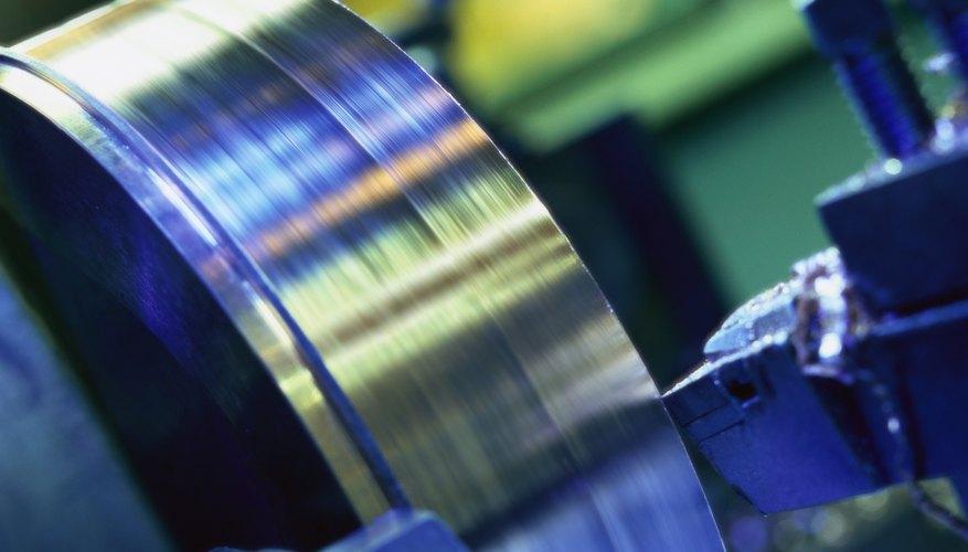 Los torneros preparan, operan y monitorean los tornos o las máquinas de torneado, dándole forma o enhebrando alambre, varillas o barras.
