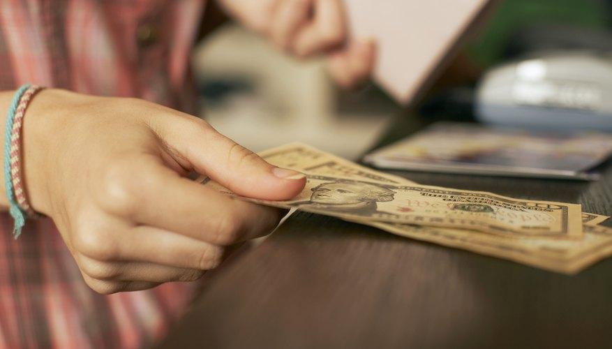 Para que un mes pueda cerrarse se deben completar las transacciones pendientes para el período.