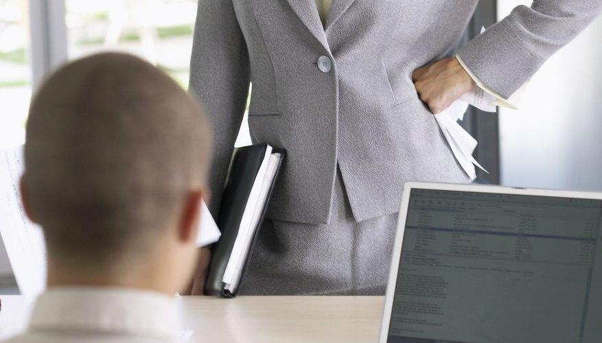 La demora en completar algunas transacciones retrasa el trabajo de cierre de mes de los departamentos contables.