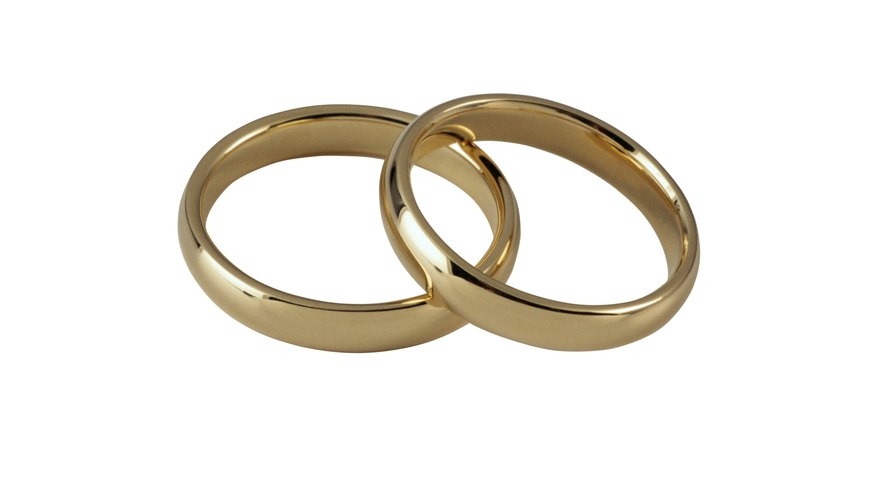 With a simple acid-test kit you can determine the purity of a gold ring.