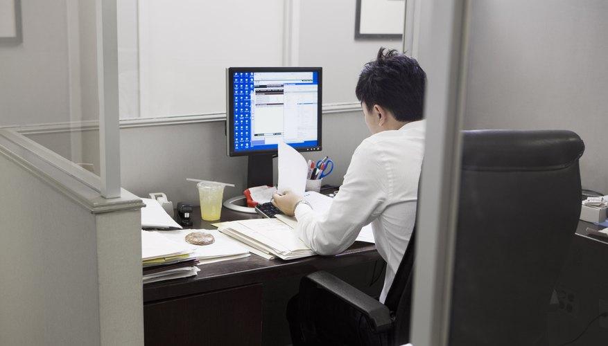 Llena los formularios en la computadora.