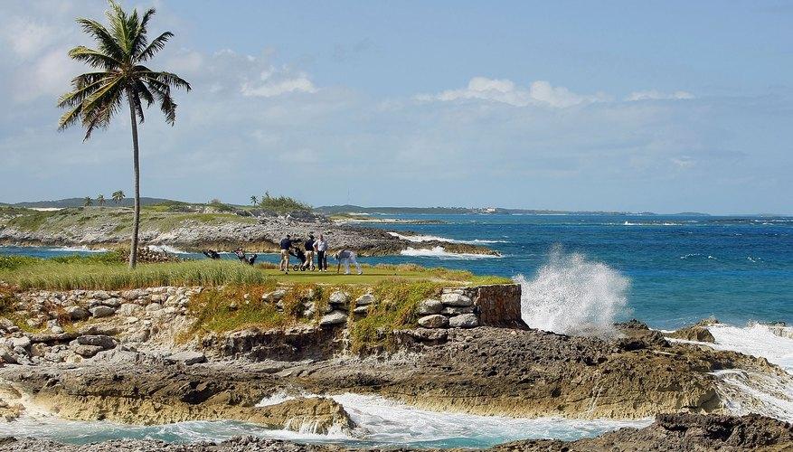 Los jugadores de golf en el 14° tee en Emerald Bay Resort, Gran Exuma Island, Bahamas
