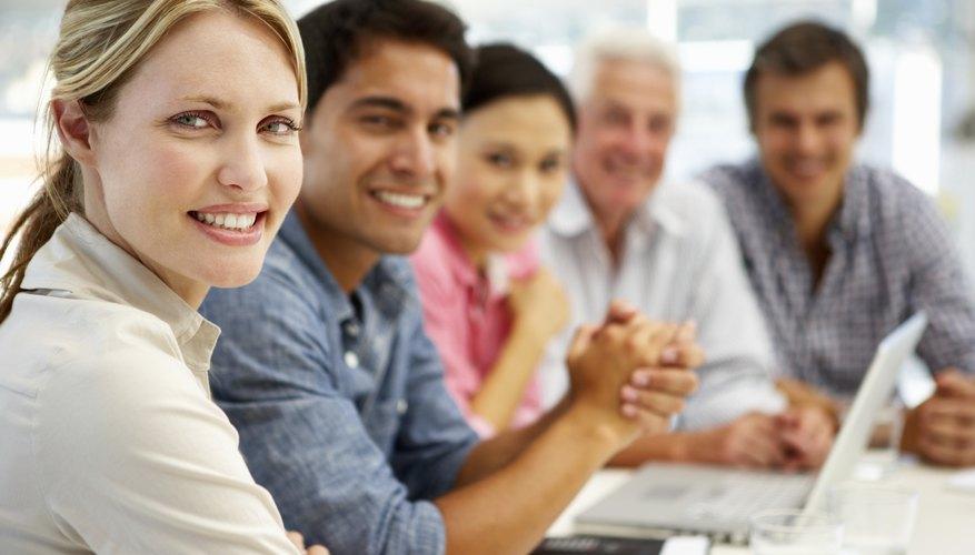 La estructura organizativa en base a equipos es el uso de diferentes empleados de diferentes departamentos para formar un equipo temporal.