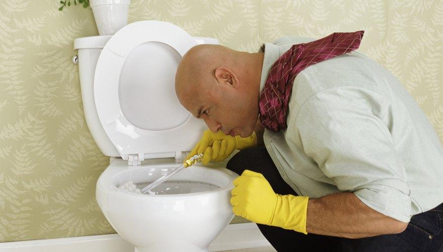Un cepillo de cerdas duras debería utilizarse para una limpieza completa del interior de la taza del inodoro.