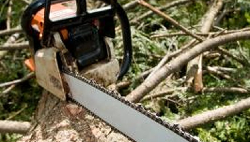 A chainsaw chain should never spin when not throttled.
