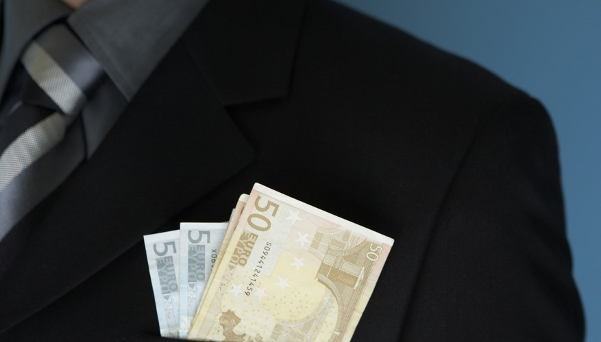 Las entradas de efectivo son los montos de dinero que recibe una persona, tales como salarios o inversiones.