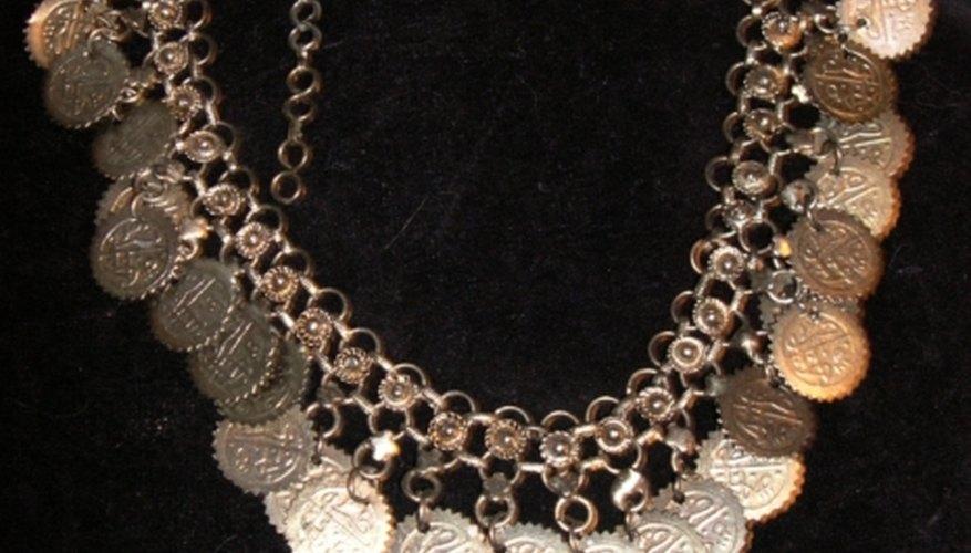 Simplemente abre el broche y desliza la cadena a través de los orificios en tu exhibidor de joyas hecho de cartón.