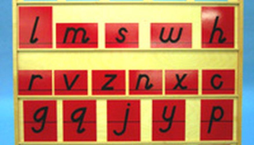 Un juego de letras de papel de lija Montessori (las letras mayúsculas se enseñan después).