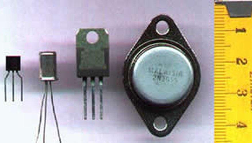 Los transistores están hechos de semiconductores como la silicona o el germanio.