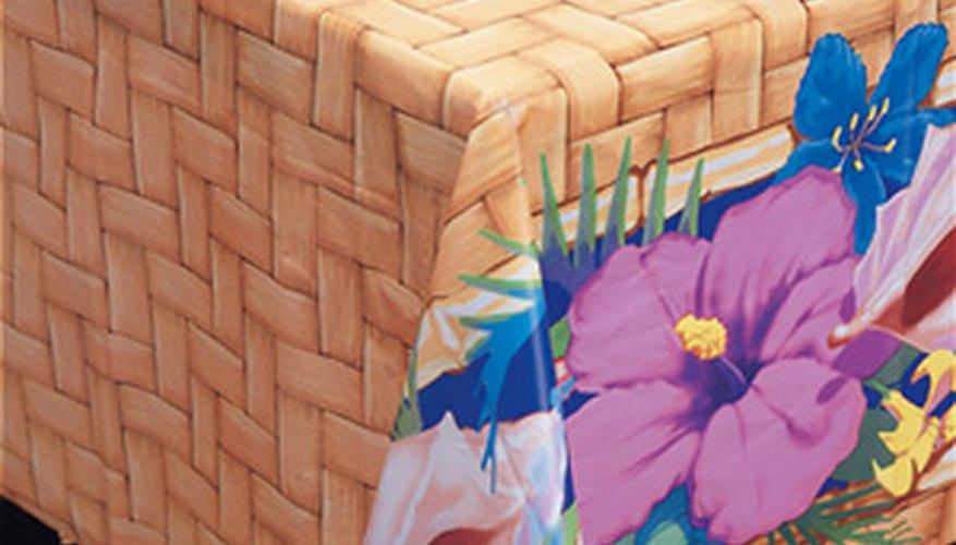 En tu fiesta luau, viste las mesas con manteles floreados.