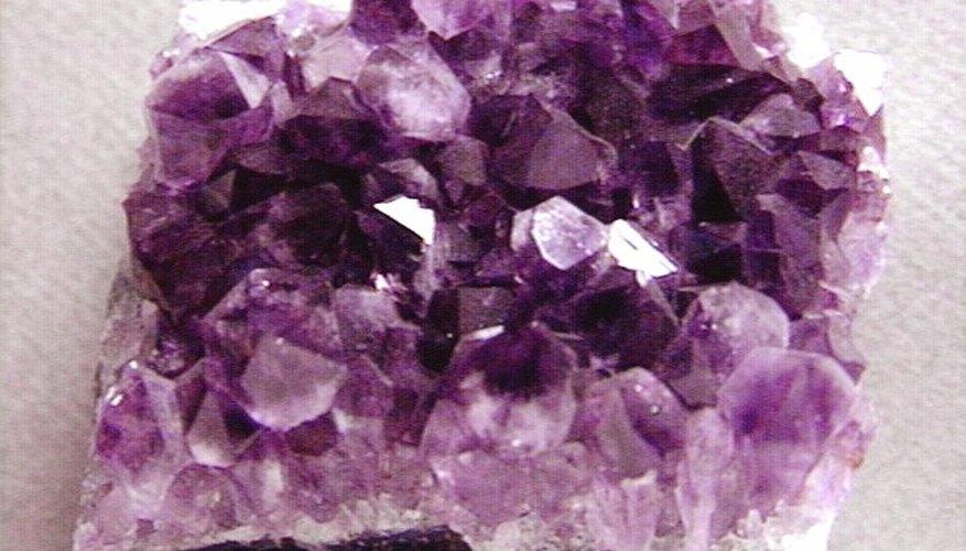 Las amatistas naturales son formaciones de cristales que luego son cortadas y pulidas para hacer gemas de calidad para joyería.