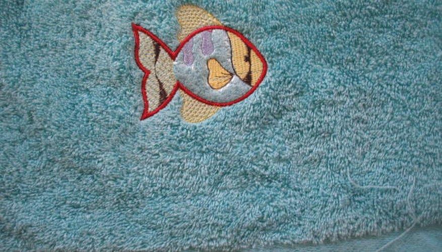 Una toalla bordada con un pez.