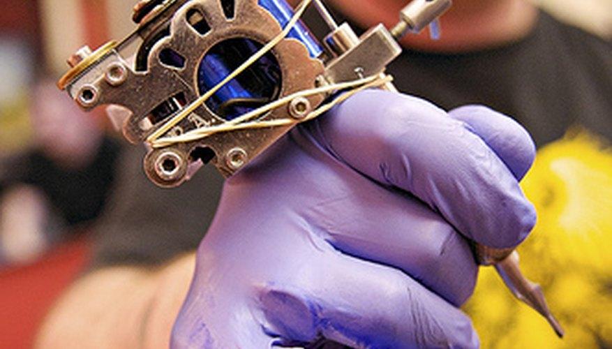 La esterilización adecuada del equipo de tatuaje es de crucial importancia.