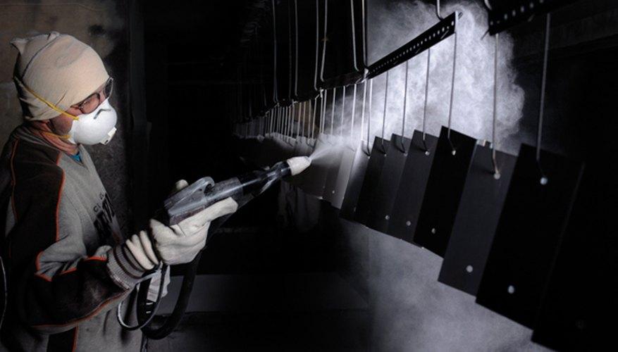 La aplicación de pintura en polvo.
