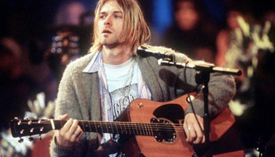 Kurt Cobain tocando una guitarra acústica.