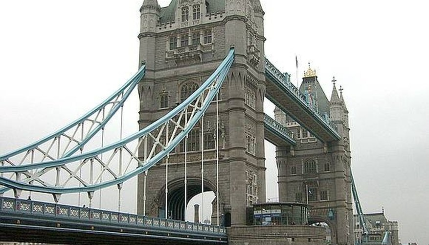 Tower Bridge is the one commonly known as London Bridge.