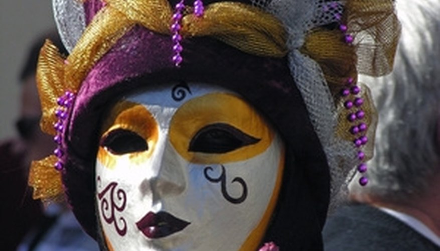 9a023e30a5 Make a Venetian mask out of papier-mache and paint. Guardar. Las máscaras  venecianas que solían ser usadas en la antigua Venecia para crear ...
