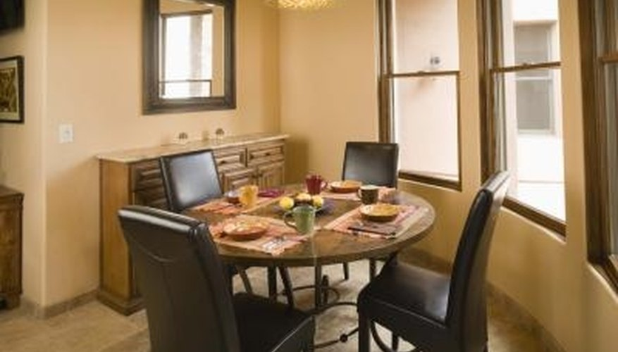 Rectangular mats can be used on both round and rectangular tables.