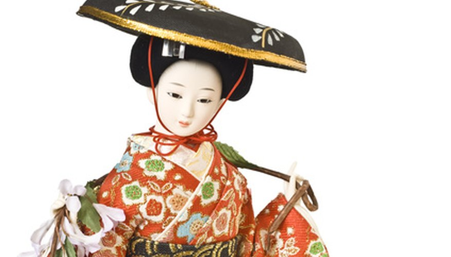Geisha and samurai were popular figurines.