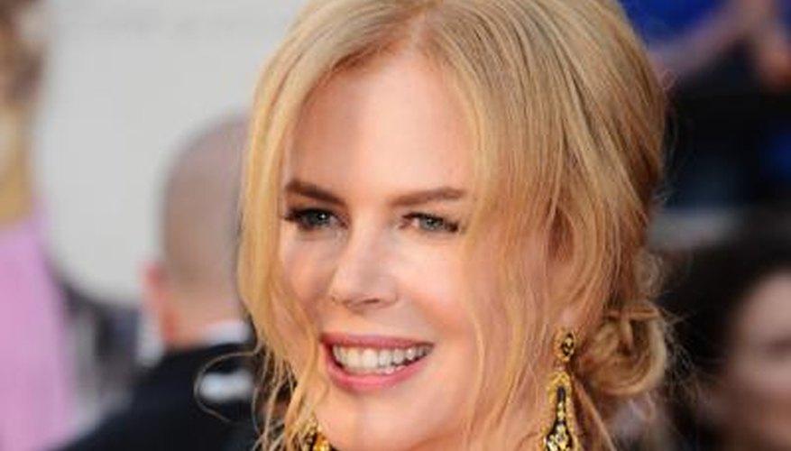 Actress Nicole Kidman sparkles in romantic chandelier earrings.