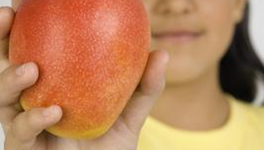 The color of ripe mangos varies from green to red.