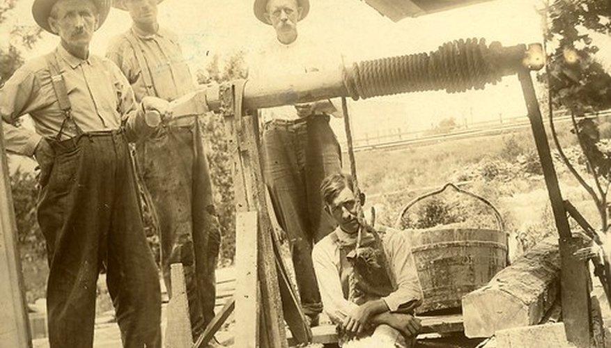 Los pozos anticuados utilizan poleas para levantar cubos de agua.