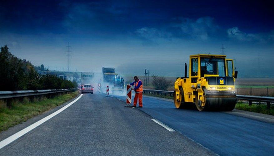 Diferentes tipos de vehículos de construcción se utilizan para construir las nuevas autopistas