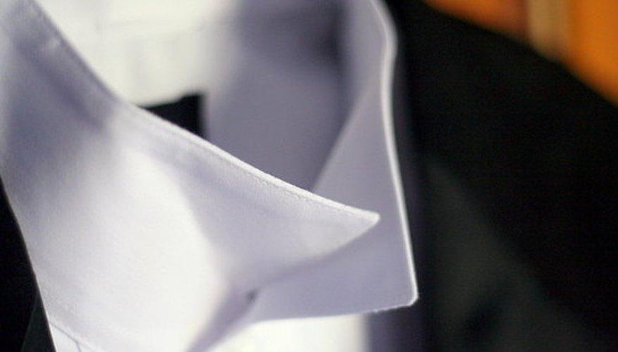 Camisa planchada de vestir blanca para hombre.